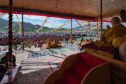 Его Святейшество Далай-лама наблюдает за монахами, ведущими показательный философский диспут перед началом учений. Ле, Ладак, штат Джамму и Кашмир, Индия. 30 июля 2015 г. Фото: Тензин Чойджор (офис ЕСДЛ)