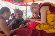 Представитель мусульманской общины делает подношение Его Святейшеству Далай-ламе во время молебна о его долголетии. Ле, Ладак, штат Джамму и Кашмир, Индия. 30 июля 2015 г. Фото: Тензин Чойджор (офис ЕСДЛ)