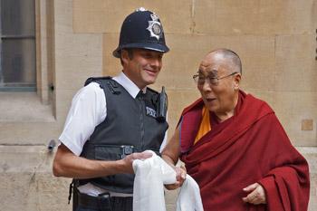 Далай-лама принял участие в межконфессиональном диалоге и беседе, организованной движением «Действуй ради счастья»