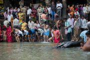 Верующие совершают омовение в священном водоеме в храме Тримбакешвар. Тримбакешвар, штат Махараштра, Индия. 30 августа 2015 г. Фото: Тензин Чойджор (офис ЕСДЛ)
