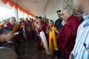 Его Святейшество Далай-лама здоровается с тибетскими монахами и своими почитателями в Каршни-ашраме. Тримбакешвар, штат Махараштра, Индия. 30 августа 2015 г. Фото: Тензин Чойджор (офис ЕСДЛ)