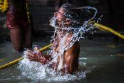 Садху совершает омовение в священном водоеме храма Тримбакешвар. Тримбакешвар, штат Махараштра, Индия. 30 августа 2015 г. Фото: Тензин Чойджор (офис ЕСДЛ)