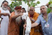 Его Святейшество Далай-лама и Свами Гуру Шарананд-джи сажают деревце на территории Каршни-ашрама. Тримбакешвар, штат Махараштра, Индия. 30 августа 2015 г. Фото: Тензин Чойджор (офис ЕСДЛ)