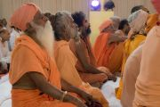 Во время выступления Его Святейшества Далай-ламы на встрече, посвященной обсуждению духовных вопросов, в Каршни-ашраме. Тримбакешвар, штат Махараштра, Индия. 31 августа 2015 г. Фото: Тензин Чойджор (Офис ЕСДЛ)