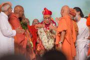 В Каршни-ашраме Его Святейшеству Далай-ламе преподнесли в честь его недавнего восьмидесятилетия гирлянду из цветов и традиционный головной убор. Тримбакешвар, штат Махараштра, Индия. 31 августа 2015 г. Фото: Тензин Чойджор (Офис ЕСДЛ)