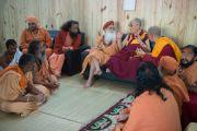 Его Святейшество Далай-лама и беседует со свами на празднике Кумбха-мела. Тримбакешвар, штат Махараштра, Индия. 31 августа 2015 г. Фото: Тензин Чойджор (Офис ЕСДЛ)
