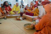 Его Святейшество Далай-лама участвует в ритуале совершения подношений божеству Ганеше в Каршни-ашраме. Тримбакешвар, штат Махараштра, Индия. 31 августа 2015 г. Фото: Тензин Чойджор (Офис ЕСДЛ)
