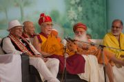 Его Святейшество на встрече, посвященной обсуждению духовных вопросов, в Каршни-ашраме. Тримбакешвар, штат Махараштра, Индия. 31 августа 2015 г. Фото: Тензин Чойджор (Офис ЕСДЛ)