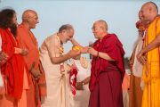 Его Святейшество Далай-лама дарит статую Будды Шри-Рамеш-Бхай-Одже по случаю его дня рождения. Тримбакешвар, штат Махараштра, Индия. 31 августа 2015 г. Фото: Тензин Чойджор (Офис ЕСДЛ)