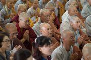 Слушател приветствуют Его Святейшество Далай-ламу в начале второго дня учения для буддистов из Юго-Восточной Азии. Дхарамсала, Индия. 8 сентября 2015 г. Фото: Тензин Чойджор (офис ЕСДЛ)