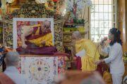 Его Святейшество Далай-лама слушает вопрос во время учений для буддистов из Юго-Восточной Азии. Дхарамсала, Индия. 8 сентября 2015 г. Фото: Тензин Чойджор (офис ЕСДЛ)