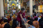 Монахи раздают хлеб участникам учений Его Святейшества Далай-ламы для буддистов из Юго-Восточной Азии. Дхарамсала, Индия. 8 сентября 2015 г. Фото: Тензин Чойджор (офис ЕСДЛ)