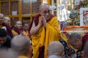Его Святейшество Далай-лама здоровается с аудиторией в главном тибетском храме в начале второго дня учения для буддистов из Юго-Восточной Азии. Дхарамсала, Индия. 8 сентября 2015 г. Фото: Тензин Чойджор (офис ЕСДЛ)