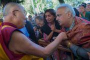 Его Святейшество Далай-лама здоровается с людьми во дворе главного тибетского храма перед началом учений для буддистов из Юго-Восточной Азии. Дхарамсала, Индия. 8 сентября 2015 г. Фото: Тензин Чойджор (офис ЕСДЛ)