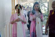 Члены корейской делегации сопровождают Его Святейшество Далай-ламу в главный храм перед началом второго дня учения для буддистов из Юго-Восточной Азии. Дхарамсала, Индия. 8 сентября 2015 г. Фото: Тензин Чойджор (офис ЕСДЛ)