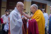 Его Святейшество Далай-лама и досточтимый Джин-ок из Южной Кореи перед началом учений для буддистов из Юго-Восточной Азии. Дхарамсала, Индия. 8 сентября 2015 г. Фото: Тензин Чойджор (офис ЕСДЛ)