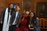 Его Святейшество Далай-лама и школьники, задававшие ему вопросы на встрече в Доме Родса. Оксфорд, Великобритания. 14 сентября 2015 г. Фото: Джереми Рассел (офис ЕСДЛ)