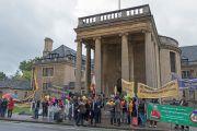 Сторонники Его Святейшества Далай-ламы ожидают его возле Дома Родса в оксфордском университете. Оксфорд, Великобритания. 14 сентября 2015 г. Фото: Кейко Икеучи