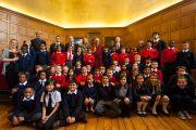 Его Святейшество Далай-лама и некоторые из 200 школьников, участвовавших во встрече в Доме Родса. Оксфорд, Великобритания. 14 сентября 2015 г. Фото: Иан Камминг