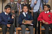 Один из школьников задает вопрос Его Святейшеству Далай-ламе на встрече в Доме Родса. Оксфорд, Великобритания. 14 сентября 2015 г. Фото: Кейко Икеучи