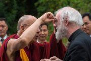 Его Святейшество Далай-лама шутливо приветствует лорда Роуэна Уильмса, бывшего архиепископа Кентерберийского, по прибытии в колледж Магдалины в кмбриджском университете. Кембридж, Великобритания. 15 сентября 2015 г. Фото: Иан Камминг