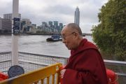 Его Святейшество Далай-лама на причале Миллбэнк в ожидании парома, на котором он должен отправиться к стадиону О2. Лондон, Великобритания. 19 сентября 2015 г. Фото: Джереми Рассел (офис ЕСДЛ)