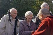 На причале Миллбэнк Его Святейшество Далай-лама общается с прохожими. Лондон, Великобритания. 19 сентября 2015 г. Фото: Джереми Рассел (офис ЕСДЛ)