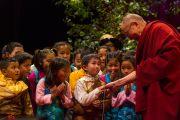 Его Святейшество Далай-лама благодарит тибетских детей за выступление перед началом его лекции на стадионе О2. Лондон, Великобритания. 19 сентября 2015 г. Фото: Иан Камминг