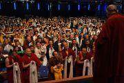 Его Святейшество Далай-лама приветствует тибетцев на стадионе О2. Лондон, Великобритания. 19 сентября 2015 г. Фото: Джереми Рассел (офис ЕСДЛ)