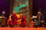 Его Святейшество Далай-лама, переводчик геше Таши Церинг и Дэн Гоулман во время сессии вопросов и ответов. Лондон, Великобритания. 19 сентября 2015 г. Фото: Иан Камминг