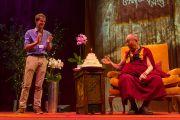 В конце лекции на стадионе О2 Его Святейшеству Далай-ламе преподнесли именинный торт по случаю его 80-летия, которое в этом году широко отмечают во всем мире. Лондон, Великобритания. 19 сентября 2015 г. Фото: Иан Камминг