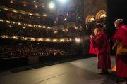 """Его Святейшество Далай-лама прощается со зрителями после своей лекции об ахимсе в театре """"Колизей"""". Лондон, Великобритания. 20 сентября 2015 г. Фото: Иан Камминг"""