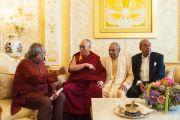 Его Святейшество Далай-лама беседует с братьями Хиндуджа в их резиденции. Лондон, Великобритания. 20 сентября 2015 г. Фото: Иан Камминг
