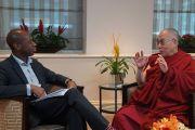 Клайв Майри, корреспондент Би-Би-Си, берет интервью у Его Святейшества Далай-ламы. Лондон, Великобритания. 20 сентября 2015 г. Фото: Джереми Рассел (офис ЕСДЛ)