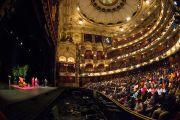 """Его Святейшество Далай-лама приветствует 2300 человек, собравшихся в театре """"Колизей"""" на его лекцию, посвященную индийской традиции ахимсы. Лондон, Великобритания. 20 сентября 2015 г. Фото: Иан Камминг"""