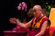 """Его Святейшество Далай-лама отвечает на вопросы из зала во время лекции об ахимсе в театре """"Колизей"""". Лондон, Великобритания. 20 сентября 2015 г. Фото: Иан Камминг"""