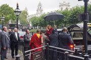 Его Святейшество Далай-лама машет рукой своим сторонникам, выходя из здания Палаты лордов. Лондон, Великобритания. 21 сентября 2015 г. Фото: Джереми Рассел (офис ЕСДЛ)