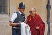 У входа в Палату лордов лондонский полицейский встречает Его Святейшество Далай-ламу традиционным тибетским хадаком. Лондон, Великобритания. 21 сентября 2015 г. Фото: Джереми Рассел (офис ЕСДЛ)