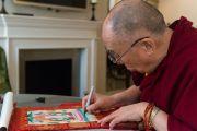 Его Святейшество Далай-лама расписывает на тибетской танке. Лондон, Великобритания. 21 сентября 2015 г. Фото: Иан Камминг