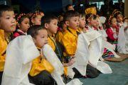 """Младшие ученики школы """"Мевонг Цуглак Петон"""" с хадаками в руках ожидают прибытия Его Святейшества Далай-ламы. Дхарамсала, Индия. 10 октября 2015 г. Фото: Тензин Чойджор (офис ЕСДЛ)"""