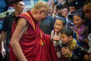 """Уходя из школы """"Мевонг Цуглак Петон"""", Его Святейшество Далай-лама по дороге общается с детьми. Дхарамсала, Индия. 10 октября 2015 г. Фото: Тензин Чойджор (офис ЕСДЛ)"""