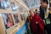 """Его Святейшество Далай-лама осматривает выставку фотографий в школе """"Мевонг Цуглак Петон"""", куда они прибыл на празднование 10-летий основания. Дхарамсала, Индия. 10 октября 2015 г. Фото: Тензин Чойджор (офис ЕСДЛ)"""
