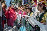 """Его Святейшество Далай-ламу встречают в Ганчен-Кишонге, куда он прибыл на празднование 10-летия со дня основания школы """"Мевонг Цуглак Петон. Дхарамсала, Индия. 10 октября 2015 г. Фото: Тензин Чойджор (офис ЕСДЛ)"""