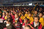 """Тибетские школьники слушают выступление Его Святейшества Далай-ламы на праздновании 10-летия со дня основания школы """"Мевонг Цуглак Петон"""". Дхарамсала, Индия. 10 октября 2015 г. Фото: Тензин Чойджор (офис ЕСДЛ)"""