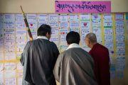 """Его Святейшество Далай-лама читает письма, которые написали ему ученики """"Мевонг Цуглак Петон"""" по случаю 10-летия своей школы. Дхарамсала, Индия. 10 октября 2015 г. Фото: Тензин Чойджор (офис ЕСДЛ)"""