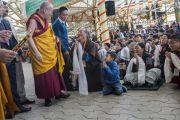 Его Святейшество Далай-лама здоровается с тибетцами во дворе храма Тхекчен Чолинг, где на праздник собралось более 7000 тысяч человек. Дхарамсала, Индия. 3 ноября 2015 г. Фото: Тензин Чойджор (офис ЕСДЛ)