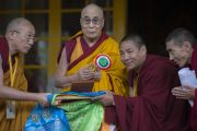 Тибетцы из Баркхам Цогшо преподносят Его Святейшеству подарок в знак благодарности во время праздничной церемонии во дворе храма Тхекчен Чолинг. Дхарамсала, Индия. 3 ноября 2015 г. Фото: Тензин Чойджор (офис ЕСДЛ)