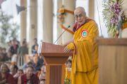 Его Святейшество Далай-лама обращается к собравшимся во дворе храма Тхекчен Чолинг. Дхарамсала, Индия. 3 ноября 2015 г. Фото: Тензин Чойджор (офис ЕСДЛ)