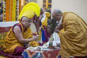 Настоятель монастыря Намгьял совершает подношения Его Святейшеству Далай-ламе во время молебна о долголетии тибетского духовного лидера в храме Тхекчен Чолинг. Дхарамсала, Индия. 3 ноября 2015 г. Фото: Тензин Чойджор (офис ЕСДЛ)