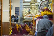 Его Святейшество Далай-лама проводит обряд зарождения бодхичитты перед начало учений в храме Тхекчен Чолинг. Дхарамсала, Индия. 3 ноября 2015 г. Фото: Тензин Чойджор (офис ЕСДЛ)
